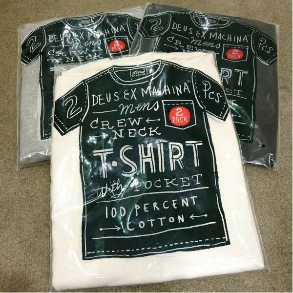 人気ブランドDEUS EX MACHINAより無地のポケット付クルーネックTシャツが入荷しております。1パック2枚入りでコストパフォーマンスは抜群です。カラーはホワイト、グレー、ブラックの3色展開。父の日のギフトにも最適なTシャツですよ。