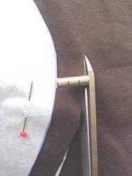 Magneetjes voor op je schaar. Ze geven naadtoeslag aan als je langs het patroon de stof knipt, zonder krijtstrepen te hoeven zetten. Je bestelt de magneetjes per stuk ½ cm voor € 0,95.  Elk magneetje is ½ cm hoog. Per magneet kr...
