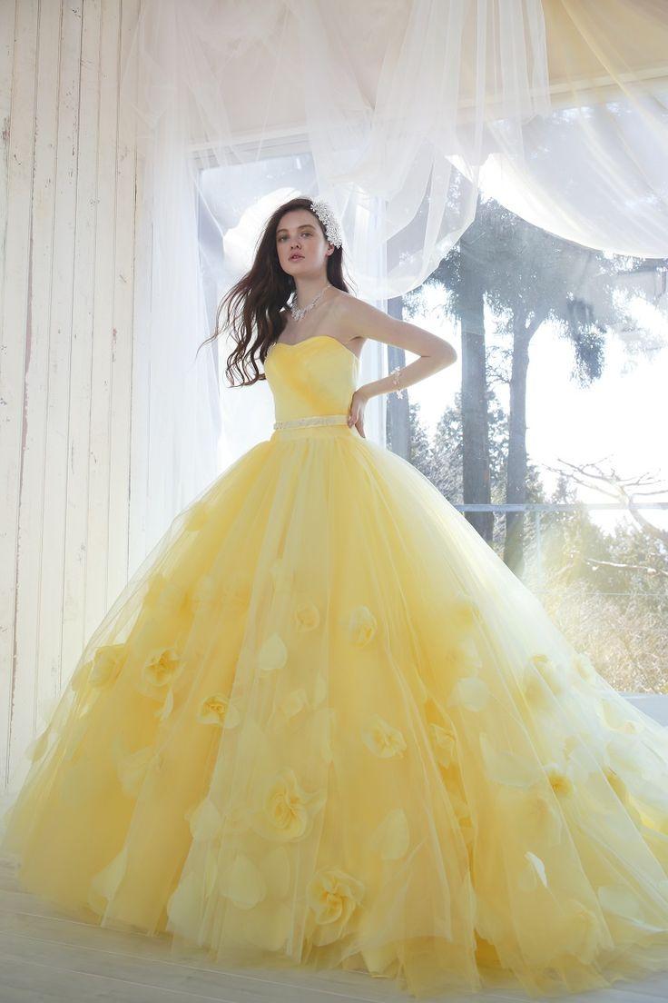DRESS一覧 | 福岡ウェディングドレスのレンタル「レイジーシンデレラ福岡」  キヨコハタ13  ビタミンカラーのイエローが印象的な一着。スカート部分に広がるフラワーコサージュが華やかさを演出します。