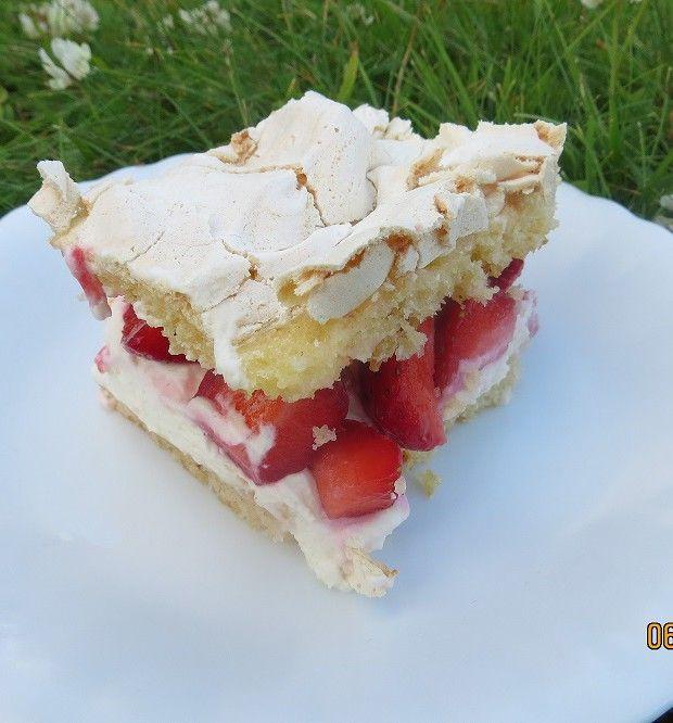 Britakakku on yksi kesän kohokohta, jota on leivottava heti kun ensimmäiset kotimaiset mansikat ovat kaupan hyllyillä.