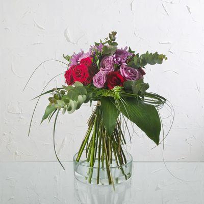 Los colores malva, lavanda y rojo tienen muchas interpretaciones. En particular, los colores malvas de estas rosas significan amor a primera vista y encantamiento. ¿Por qué no pedir estas rosas tan especiales? | Bourguignon Floristas