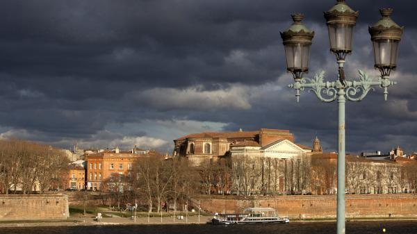 Des nuages menaçants au dessus de Toulouse (Haute-Garonne), en septembre 2013. | TRISTAN DESCHAMPS . Quai de la Daurade.