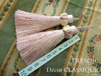 極細でピンと張りのある糸とプチローズがポイントのヴィクトリアン調タッセル・☆ Size: タッセル部分:9cm ☆ ロープ部分:約2.5cm  Quality: レーヨン