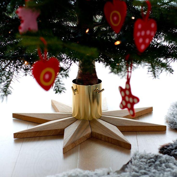 Die Weihnachtsgeschenke werden sich unter dem schlichten Weihnachtsbaumhalter aus Teakholz von Skagerak wohlfühlen.