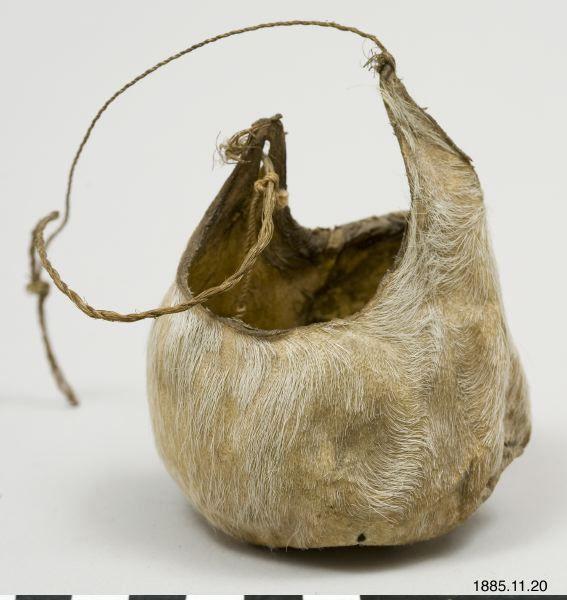 Påse av vitt tjurskinn med hängsnöre. Avsedd för förvaring av pärlor. Carlotta - Objekt