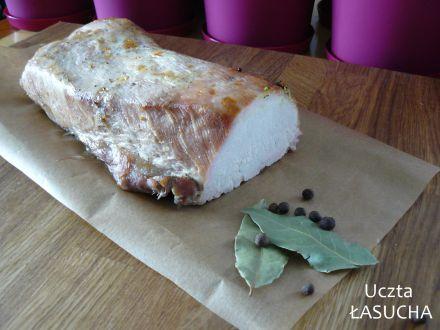 Przepyszna i zdrowa wędlina domowa.  Składniki: ok. 1,5 kg mięsa (szynka, schab, łopatka, karkówka, filet z indyka) Marynata: 2 l wody 4 łyżki soli 5 liści laurowych (pokruszonych)* 10 ziaren…