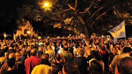"""Miles de personas se movilizaron para reclamar justicia tras la muerte  de Alberto Nisman. Llevaban banderas argentinas y carteles que decíann  """"Yo soy Nisman"""". La convocatoria nació en las redes sociales."""
