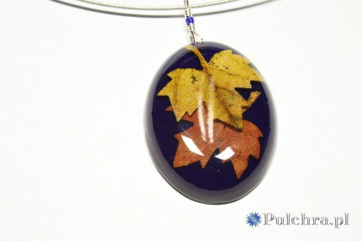 Resin necklace with autumn leafs / Naszyjnik z owalną zawieszką z liśćmi na granatowym tle. UNIKAT.