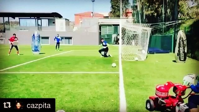 Goalkeeper training at @pescaracalcio1936 with goalkeeper coach @cazpita using technical equipment #globuseurogoal and @claudio_fp shield  _______________________________________________________ #goalkeeper #torwart #keeper #målvakt #gardien #portiere #målmand #bramkarz #goleiro #portero #ผู้รักษาประตู #kaleci #golman #ゴールキーパー #kiper  #守門員 #вратарь #守门员 #vratar #arquero# soccer #football #fussball #calcio #sport #training #italia #italy @vincenzofiorillo_1 @simonearesti1_8