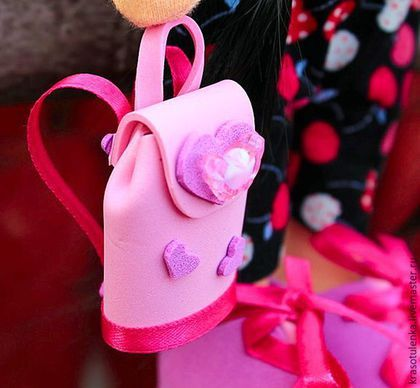 Купить или заказать Интерьерная, игровая Кукла ручной работы. в интернет-магазине на Ярмарке Мастеров. Красотуленька в комбинезоне из микровельвета. Курточка из белоснежного флиса с капюшоном. Шапочка - трикотаж. Кроссовки и рюкзачок - фоам и атласная лента. Волосы - черные прямые. Основной материал - специализированный кукольный трикотаж ( 100% хлопок производства Нидерланды). Доставляется в подарочной коробке. Отлично подойдет в качестве подарка как для девочки, так для девушки и для дамы.