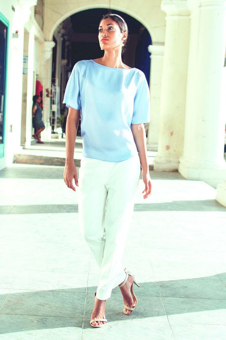 Легкая блуза и белые брюки - комфорт и освежающая прохлада в жаркие летние деньки/ YARMINA COLLECTION