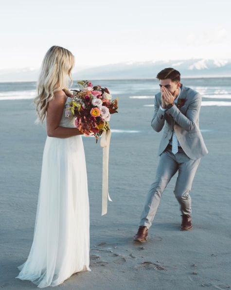 De first look: Dit is afgelopen jaar ook al een grote trend geweest; een bijzonder moment met alleen jou en je aanstaande (en een fotograaf om dat mooie moment vast te leggen!). Je draait je om… en dan zien jullie elkaar voor het eerst. Geloof ons, dat is een enorme bom emotie en liefde tegelijk! Check nu de blog: http://www.girlsofhonour.nl/allerleukste-bruiloft-trends-2017/