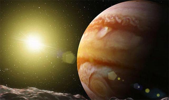 WinNetNews.com - Fakta utama tentang ruang angkasa telah berubah menjadi sebuah mitos. Ketika NASA Juno melakukan penyelidikan dengan melewati lebih dekat ke Jupiter, terungkap bahwa planet terbesar di tata surya itu tidak benar-benar mengorbit atau mengelilingi Matahari.Foto ini mengkonfirmasi bahwa