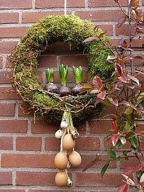 Weidenkranz mit Moos, Hyazinthen, Eier