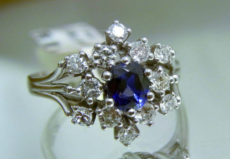 Damenring mit einem Saphir in Kornblumenblau.