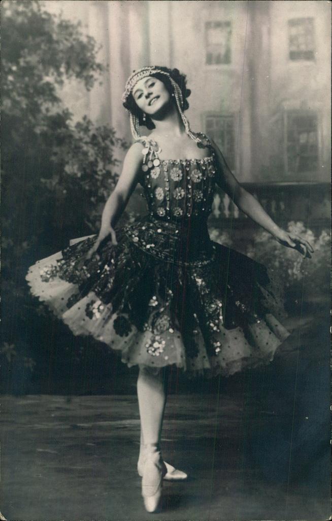 Anna Pavlova (vintage photo-card)  from Mariinsky Theatre