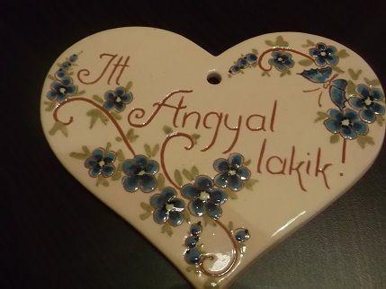 Itt egy angyal lakik kerámia üdvözlőtábla szív