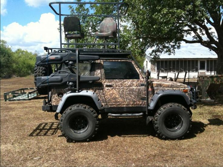 Suzuki Samurai hunter's dream! Front feeder, stand on top, side gun racks, and a cooler rack for the kill! This thing is AWESOME