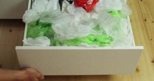 Κατά παράξενο τρόπο οι πλαστικές σακούλες τείνουν να συσσωρεύονται συνεχώς στα ντουλάπια μας. Και πριν το καταλάβετε, θα έχετε δεκάδες σακούλες να καταλαμβ