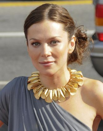 this is Anna Friel... This is Anna Friels Awesome Necklace, i was just looking through IMDB and saw it and had to pin it cuz i super appreciate different unique jewelry. found at http://www.rightcelebrity.com/?p=6321