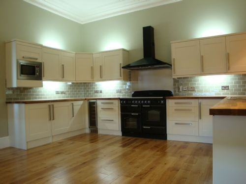 Cream shaker fitted kitchen solid oak worktops flooring for Shaker style kitchen hoods