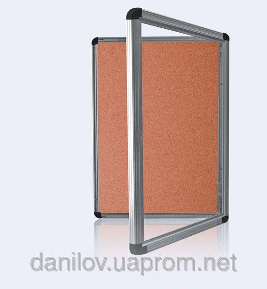 Доска-витрина пробковая, 60х90. Это витрина, предназначенная для размещения разнообразной информации: объявлений и т.д. Закрывается одной или двумя створками из акрила с замком (6-тигранный винт). Материал профиля: анодированный алюминий. Цвет:матовое серебро. Наружное (под навесом) и внутреннее использование. Обратная сторона витрины усилена оцинкованным листом. Прикрепление информации при помощи магнитов, кнопок. В комплекте элементы для крепления и ключи.