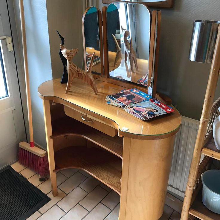 SÅLT. Nätt litet sminkbord med vikspegel, 450kr, textil får man välja själv om man vill sätta dit el - gavel25