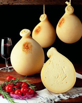 CACIOCAVALLO SILANO DOP Il caciocavallo silano è un formaggio italiano a Denominazione di origine protetta. Il nome pare derivi dall'antica abitudine di appendere le forme a cavallo di un bastone posto in orizzontale. Il caciocavallo silano è un formaggio semiduro a pasta filata prodotto esclusivamente con latte di vacca, nel rispetto del disciplinare di produzione (Provvedimento 29 luglio 2003 del Ministero delle Politiche Agricole e Forestali).