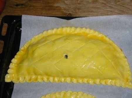 Ricetta per i dartois al formaggio, stuzzichini a forma di mezzaluna, preparati con la pasta sfoglia, ottimi per il pranzo di Pasqua.