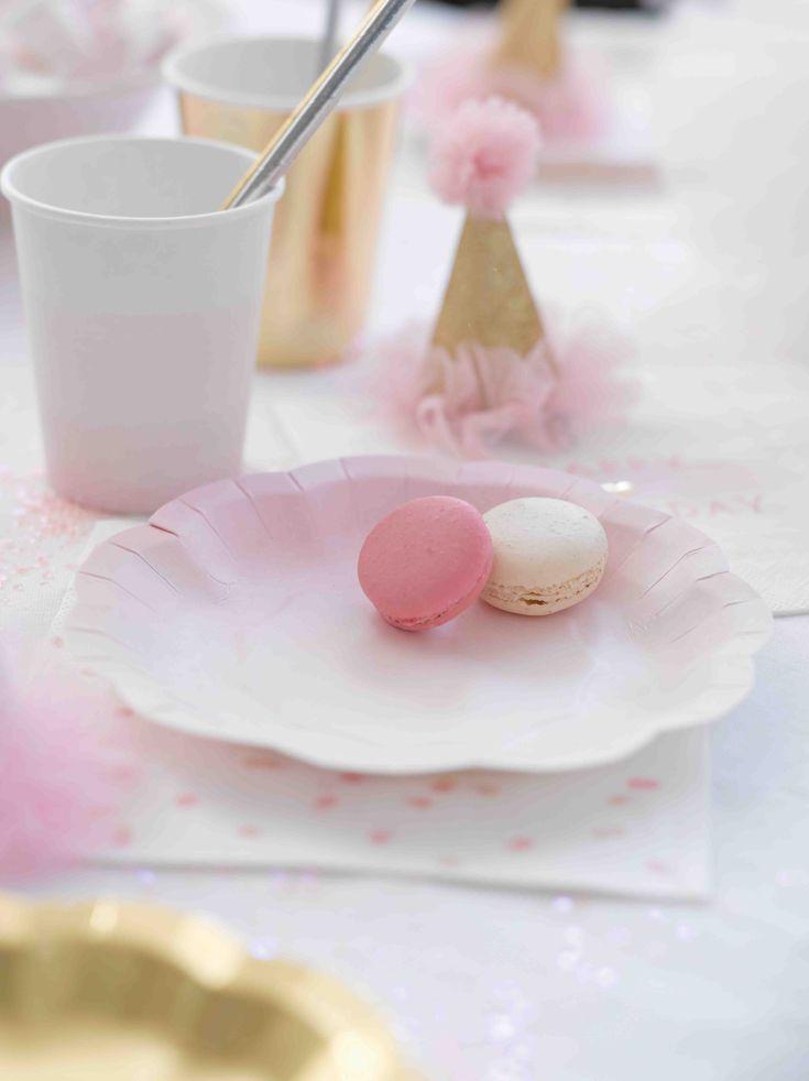 Sweet table pour un anniversaire sur le thème des ballerines. Vaisselle et accessoires déco à retrouver sur www.rosecaramelle.fr #ballerine #deco #fete #anniversaire #birthday #tutus #pompons #kids #enfants #party #fete #ballerina #decoration