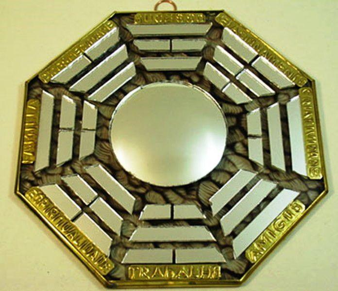 Bágua de Vidro com Espelho Convexo Médio 40-316 NT <br> <br> Bágua artesanal de vidro com Espelho Convexo no centro <br> Acompanha folheto explicativo dos 8 lados do baguá <br>Usado no Feng Shui para dar equilíbrio dos lares ,comércios empresas. Figura geométrica de oito lados, cada pessoa representa uma área de harmonização com os quatro elementos da natureza.:Terra,fogo ar,água . <br>Representado por trabalho, sucesso, relacionamentos, criatividade, amigos, espiritualidade, família e…
