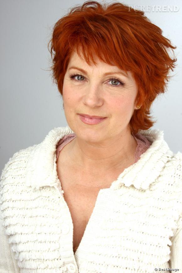 Véronique Genest opte pour un roux plus foncé et une coupe courte mais féminine. Un shooting qui date de 2010.