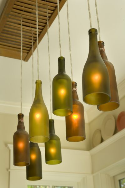 persiana vieja de madera se usa como enganche - botellas con base cortada como lampara colgante arriba de una barra