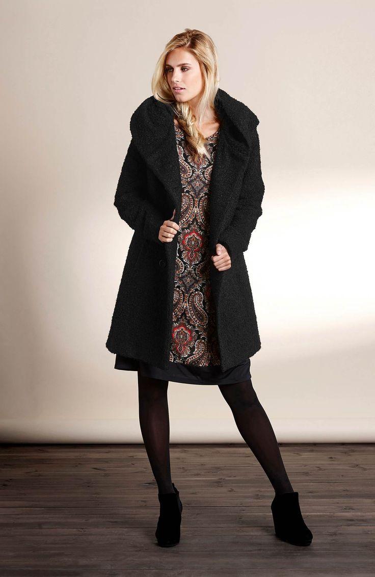 Czarny, klasyczny płaszcz z tkaniny bouclé marki Happy Holly. Dwurzędowe zapięcie i duży, wygodny kaptur, 369 zł.