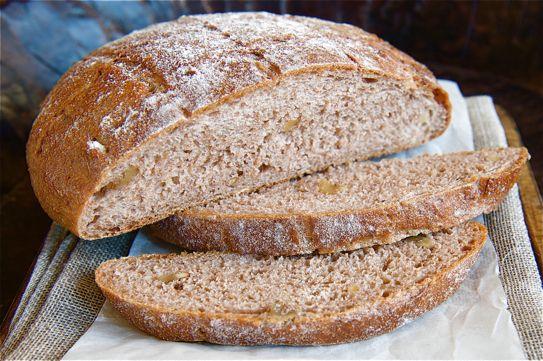 Nem szívesen eszem kenyeret, de teljesen nem tudok róla lemondani. Ilyenkor ez a kenyér tökéletesen elég. Az alapreceptet az interneten találtam, amit aztán átdolgoztam a saját táplálkozási igényeim szerint. Élesztőt és tejterméket nem szívesen fogyasztok. Sokat olvastam róla, hogy nem egészségesek... A recept eredetileg teljes liszttel van, de nekem úgy nem ízlik. (Nehéz, száraz, és ma már a teljes lisztekről is megoszlanak a vélemények.) Ez a kenyér könnyen elkészül, nagyon finom, és…
