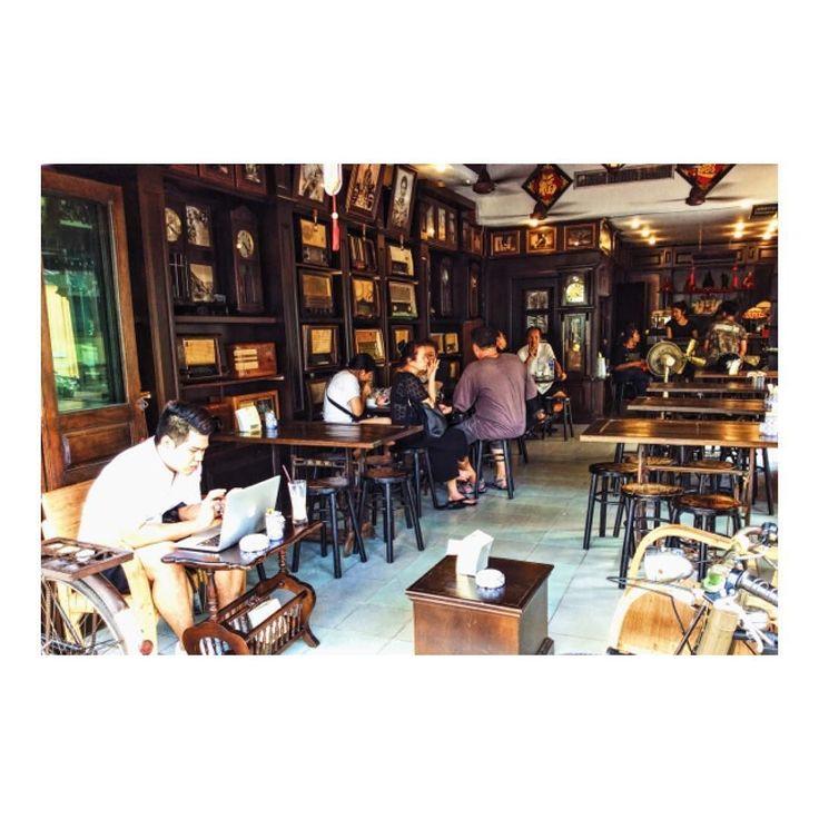 プーケットのオシャレなアンティークカフェ Found a classic style cafe in Phuket :)  プーケットのオールドタウンという地域を散策中  骨董品店などが立ち並ぶ中 こんなオシャレなカフェを発見d(_o)  もしタイに移住したら こんな雰囲気ある所で作業したい  実際に画面左側に パソコンで仕事してる人いますしね  今は周りをテクテク歩いてますが そのうちこのカフェも利用してみます  #タイ旅行記 #タイ #タイ旅行 #タイ旅行2016 #プーケット #プーケット島 #プーケット旅行記 #プーケットライフ #プーケットタウン #タイランドプーケット #プーケット旅行 #カフェ #カフェ巡り #カフェさんぽ #おしゃれなカフェ #カフェご飯 #カフェ風インテリア #カフェ巡リ #カフェ部 #おうちカフェ #カフェ時間 #カフェタイム #カフェ活 #カフェ勉 #カフェ好き #かっこいいカフェ #うちカフェ
