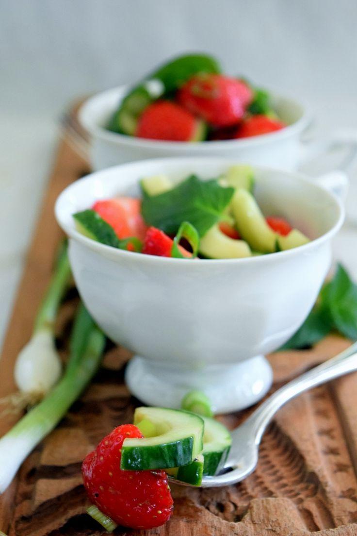 Frisch-fruchtiger Frühling: Erdbeer-Gurkensalat~vegan~ fresh spring food: strawberry-cucumber salad ~vegan~