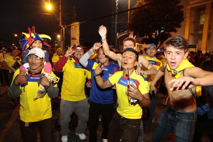 Hinchas festejando en exteriores del estadio.