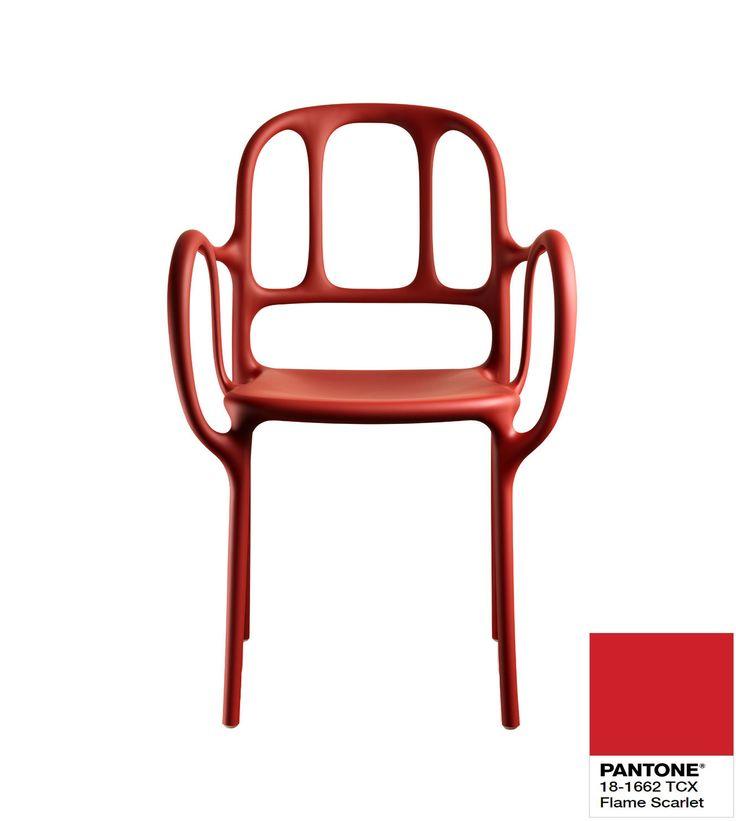 Krzesło Mila Magis w kolorze flame scarlet Pantone.