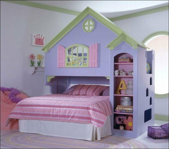 lit fille dans une maison de princesse à deux niveaux
