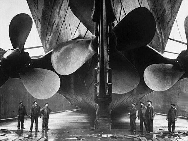As gigantescas hélices de propulsão do Titanic e seus criadores, em 1911.