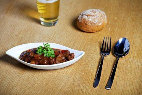 Beproefd recept om lekker mals stoofvlees met bier te maken zodat je makkelijk met weinig afwas in 1 pot groenten en vlees kan serveren met knapperig brood.