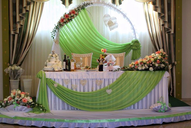 This is about the prettiest design for a head wedding table I've ever seen.  Lovely wedding flowers by Источник интернет
