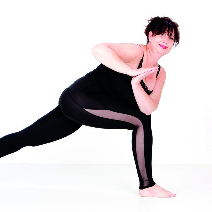 Revolved Crescent Lunge Pose, verlengt en stretcht de ruggegraat. Maakt de ribbenkast flexibeler. Stimuleert de interne organen en de nieren. #yoga #parivrttaanjaneyasana #twistedpose #lungepose #asana #namaste #antwerp #belgium #curves #curvy #curvyyoga #curvyqueenyoga