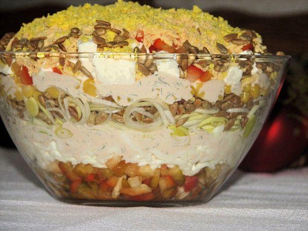 Pyszna warstwowa sałatka z serem feta i słonecznikiem - zdjęcie 2