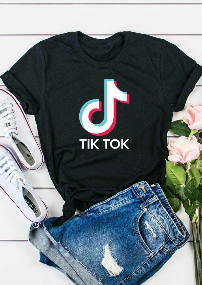 Outfit casual con short y blusa con logo de tik tok en