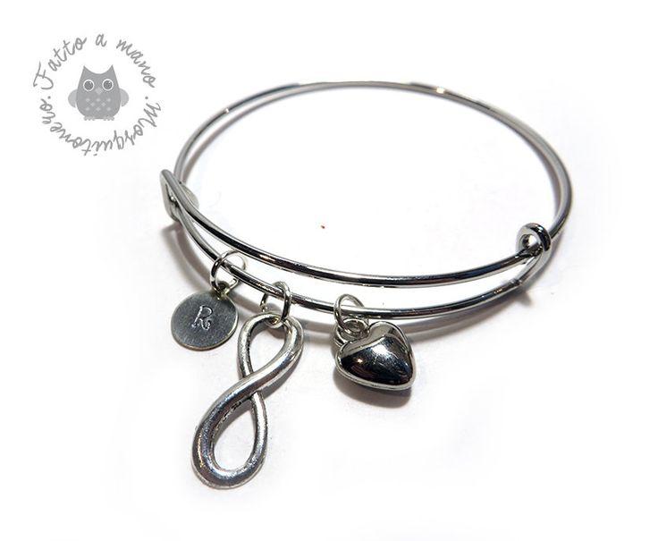 Bracciale da donna rigido in metallo con iniziale incisa e charms personalizzabile, by Mosquitonero Shop, 9,90 € su misshobby.com