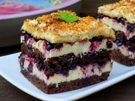 Kolejne ciasto od którego nie można się oderwać. Wilgotne kakaowe ciasto takie jak do tradycyjnej WUZETKI, delikatny krem z kaszy manny i soczyste leśne jagody. A to wszystko zwieńczone cieniutką bezą z orzechami. Ciasto bardzo ładnie się kroi ale najlepiej robić to na drugi dzień, kiedy masa zastyg