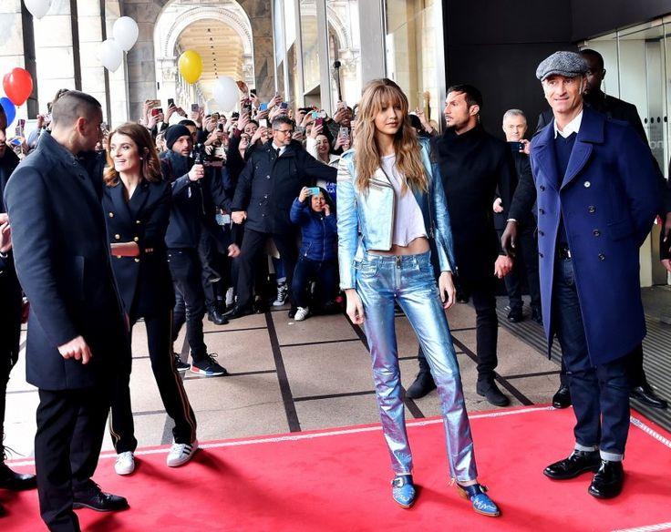 Settimana della Moda, tappeto rosso per Gigi Hadid: folla di fan in centro