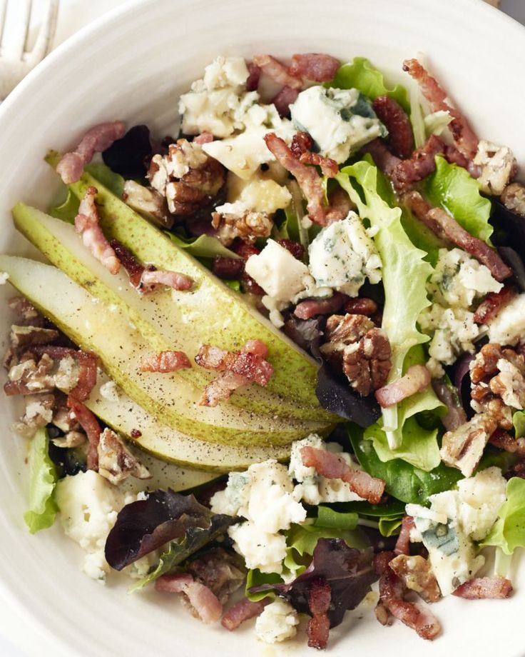 Deze salade is een heerlijke combinatie van krokant gebakken spekjes, romige roquefort kaas, pecannoten en plakjes peer. Een lekker stevige maaltijdsalade.